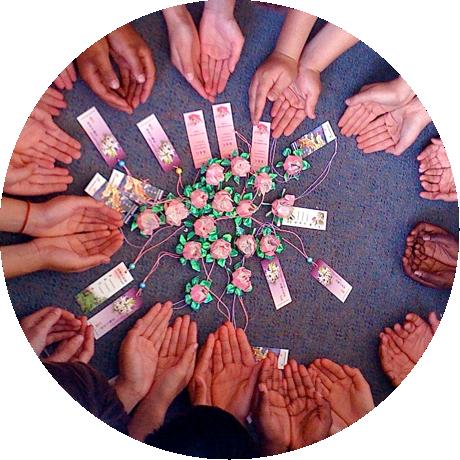 Kinder basteln Lotusblumen als Symbol für den Frieden